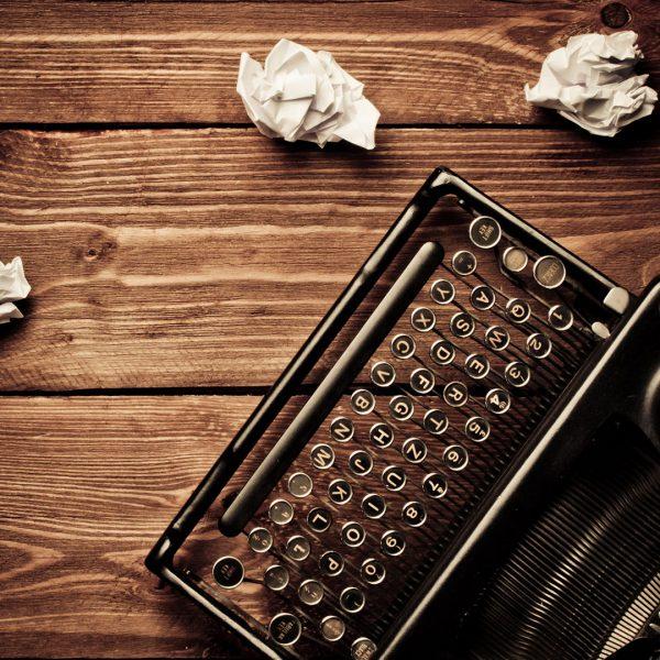 content-writing-typewriter-paperballs-ss-1920